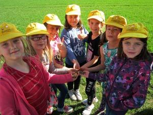 Bienen AG der Grundschule Herxheim sät 7.500 m² Blühfläche mit Imker Thomas Hans ein.